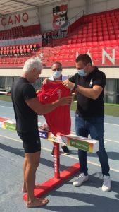 Sergio Villalba, entregando la camiseta del Club Atletismo La Nucia CAB